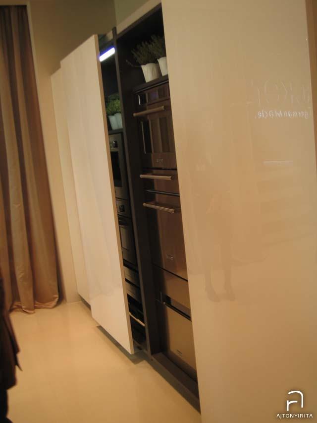 Mikor nincsenek használatban a konyhai gépek, egy tolóajtóval nagyvonalúan eltakarjuk őket