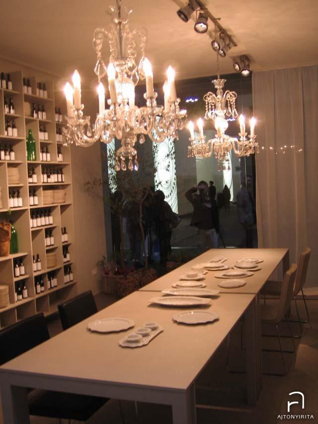 A modern étkező garnitúrát tették ellenpontba a kristálycsillárral