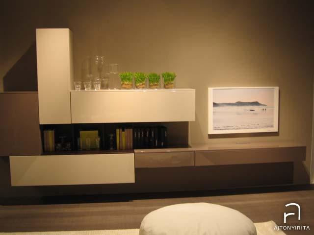Fehér – kávészínű nappali bútor téglatestekből.