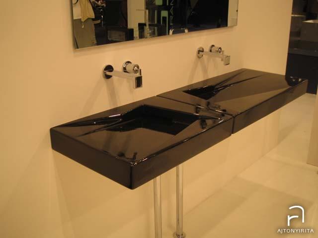 Asszimetrikus vízelvezetésű mosdók