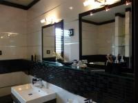 Ajtonyi Rita lakberendező belsőépítész referencia fotói | Merano és fekete - Modern Villeroy&Boch fürdő, üvegmozaikkal