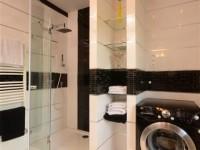 Ajtonyi Rita lakberendező belsőépítész referencia fotói | Merano és fekete - Modern fekete és fehér Villeroy&Boch fürdő
