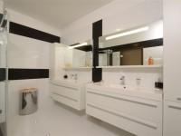 Ajtonyi Rita lakberendező belsőépítész referencia fotói | Olasz bútorokkal - Modern fürdő Villeroy&Boch mosdóval