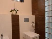 Ajtonyi Rita lakberendező belsőépítész referencia fotói | Olasz bútorokkal - Modern fürdő Villeroy&Boch WC és barna üvegtégla