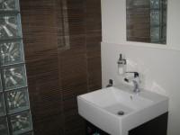 Ajtonyi Rita lakberendező belsőépítész referencia fotói | Olasz bútorokkal - Modern barna fürdőmosdóval