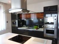 Ajtonyi Rita lakberendező belsőépítész referencia fotói | Merano és fekete - Modern konyha gépekkel