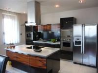 Ajtonyi Rita lakberendező belsőépítész referencia fotói | Merano és fekete - Modern barna és fekete főzősziget