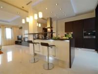 Ajtonyi Rita lakberendező belsőépítész referencia fotói | Olasz bútorokkal - Modern konyha bárpulttal