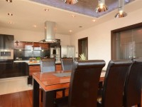 Ajtonyi Rita lakberendező belsőépítész referencia fotói | Merano és fekete - Modern konyha és étkező