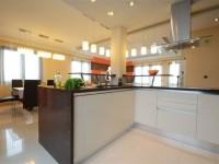 Ajtonyi Rita lakberendező belsőépítész referencia fotói | Olasz bútorokkal - Modern krém konyha