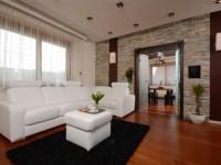 Ajtonyi Rita lakberendező belsőépítész referencia fotói | Merano és fekete - Modern nappali és étkező