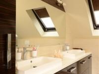 Ajtonyi Rita lakberendező belsőépítész referencia fotói | Merano és fekete - Modern barna tetőtéri fürdő