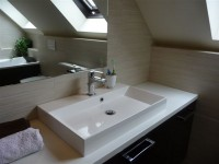 Ajtonyi Rita lakberendező belsőépítész referencia fotói | Merano és fekete - Modern tetőtéri fürdő