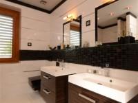 Ajtonyi Rita lakberendező belsőépítész referencia fotói | Merano és fekete - Modern barna fürdő Villeroy&Boch mosdóval
