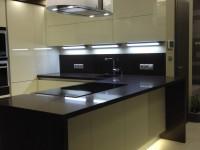 modern konyha félszigettel, sziget páraelszívóval