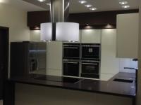 üveg szigetpáraelszívó modern konyhában